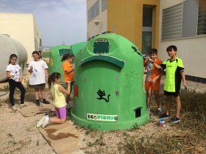 Niños rehabilitando los contenedores